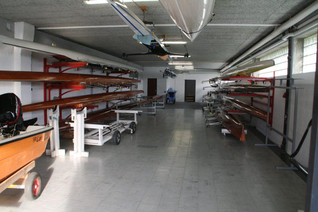 Die Hauptbootshalle enthält die ganze Palette vom Renneiner bis zum Wandervierer.
