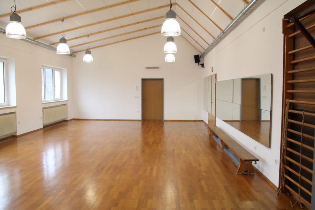Parkett und Spiegel - außerdem verfügt dieser Saal über eine hochwertige Musikanlage.